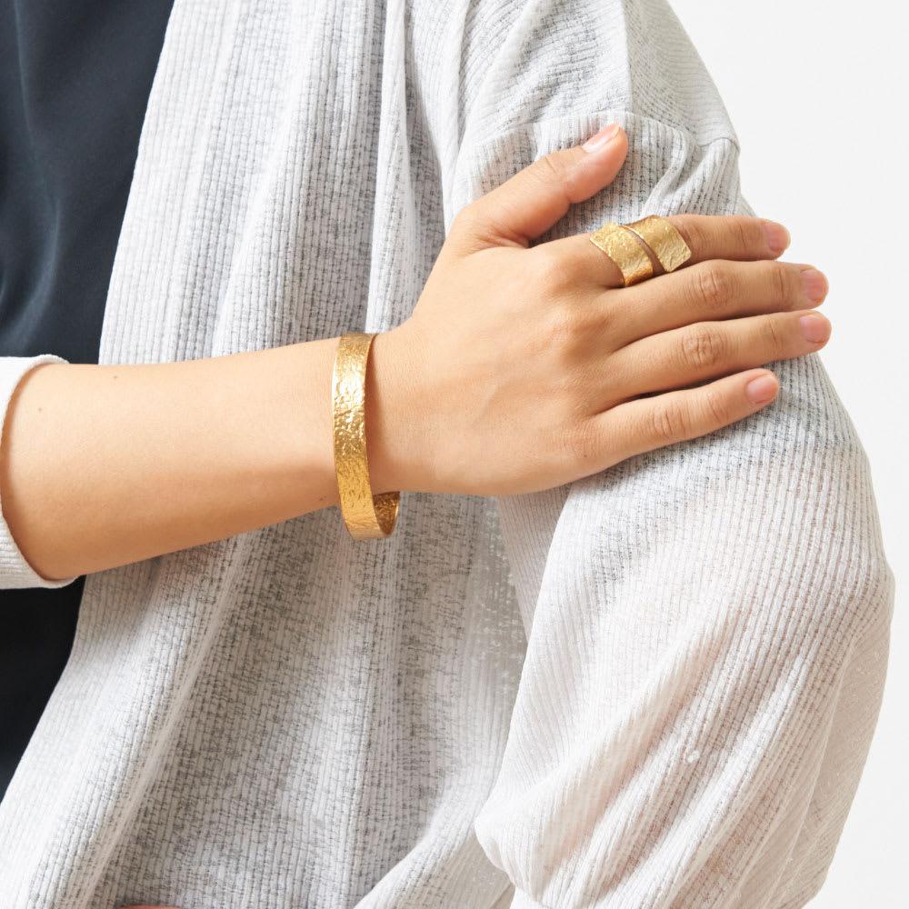 NAGAE+(ナガエプリュス)/TIN BREATH Ring ティンブレスリング ゴールド色 着用例(同シリーズのブレスレットもございます。商品番号:N53052~56)