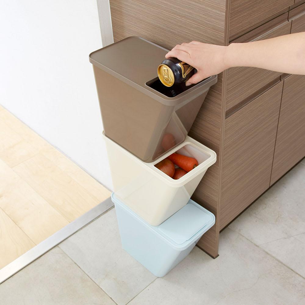 スタックダストボックス[kcud/クード] 重ねても取り出し口が使えるようなデザイン。食材のストックにも。