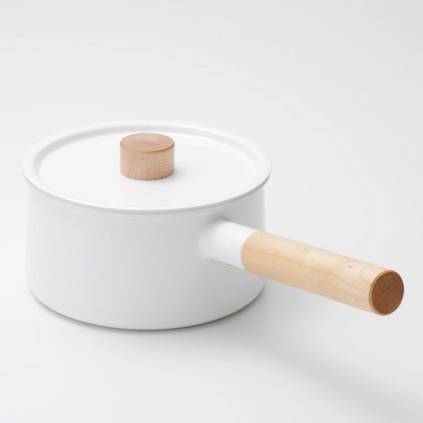 小泉誠・kaico(カイコ)/ホーロー(琺瑯)片手鍋 清潔感のある乳白色のホーローに、白木(天然木)で作られた取っ手が印象的な片手鍋。