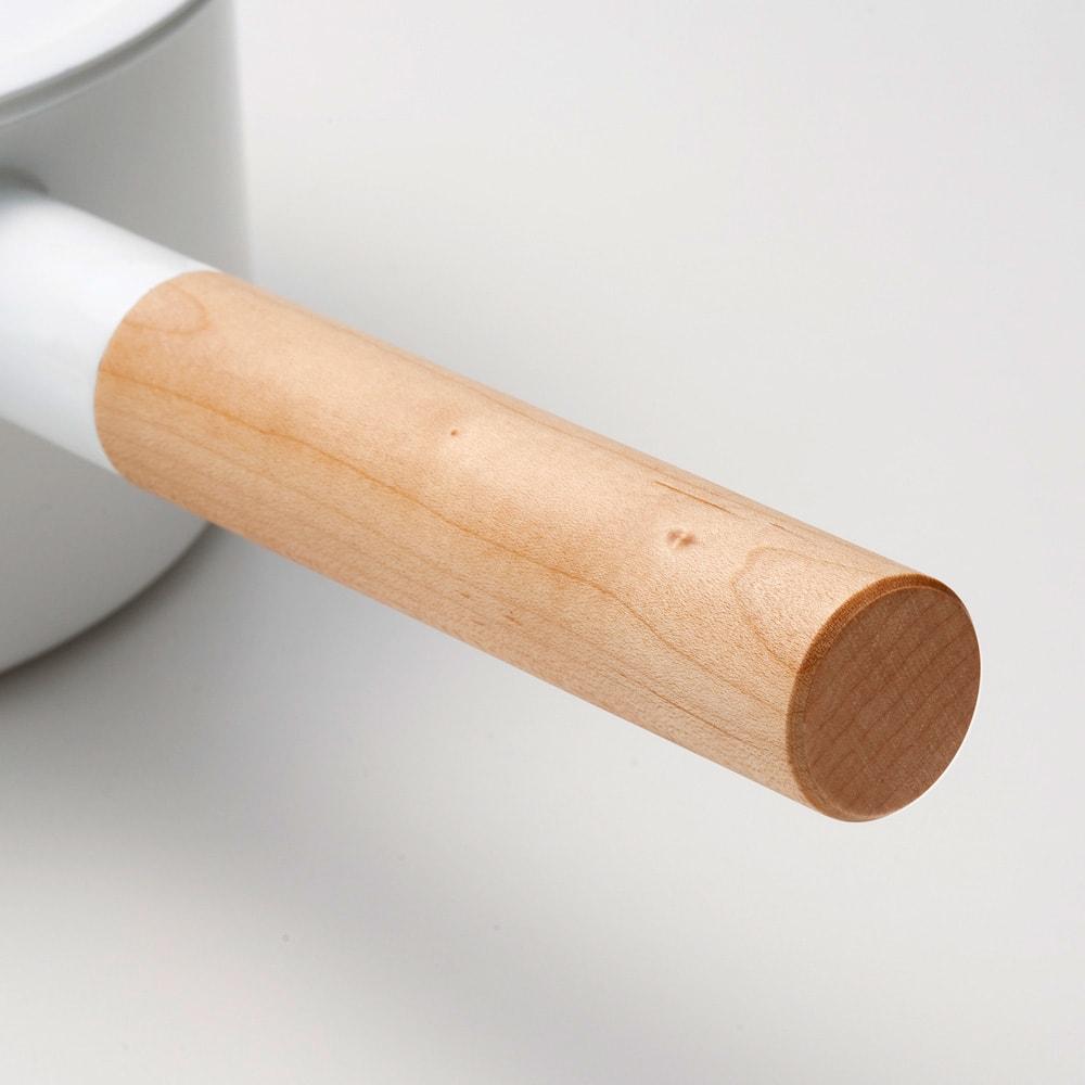 小泉誠・kaico(カイコ)/ホーロー(琺瑯)ミルクパンSサイズ 取っ手には熱くなりにくいよう天然木を使用しています。