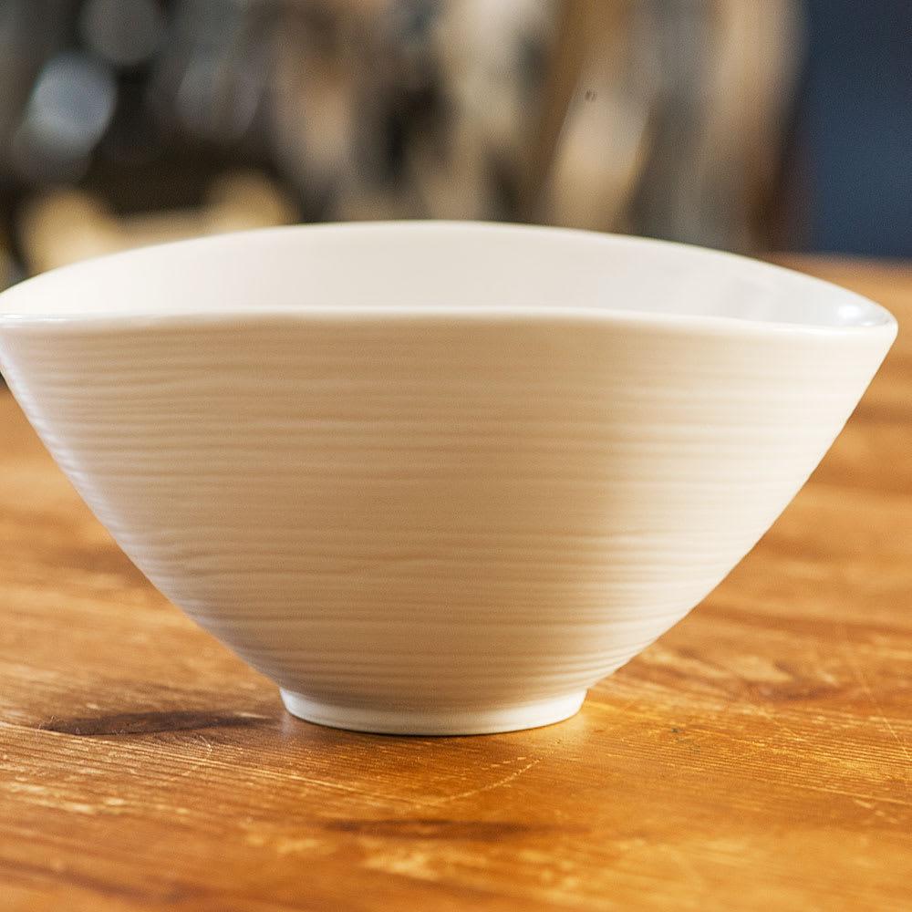 ARITA PORCELAIN LAB(アリタ・ポーセリン・ラボ)/なぶり鉢(大)hakuji/白磁|有田焼 うっすらとロクロ目が見えて、思わず手にとってみたくなるような、形も質感も人の手に感じるような印象