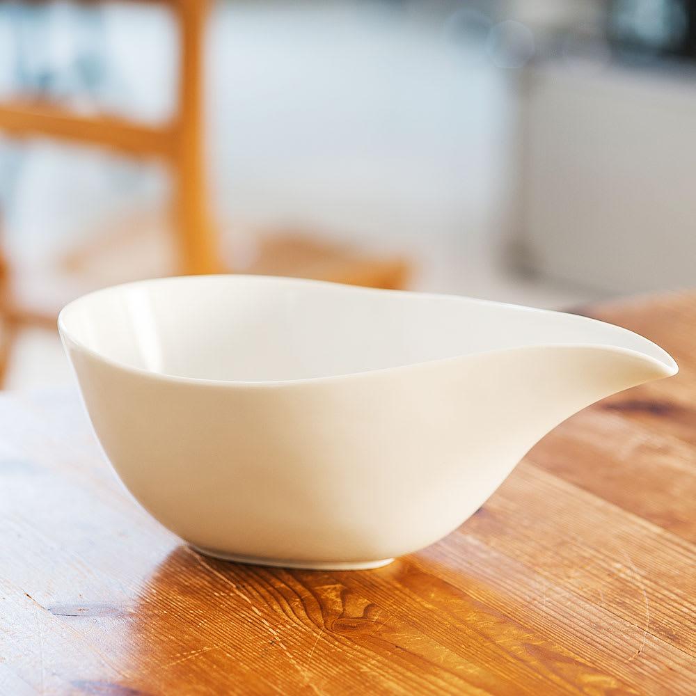 ARITA PORCELAIN LAB(アリタ・ポーセリン・ラボ)/片口(大)hakuji/白磁|有田焼 注ぎ口にかけての美しいラインが魅力的な片口