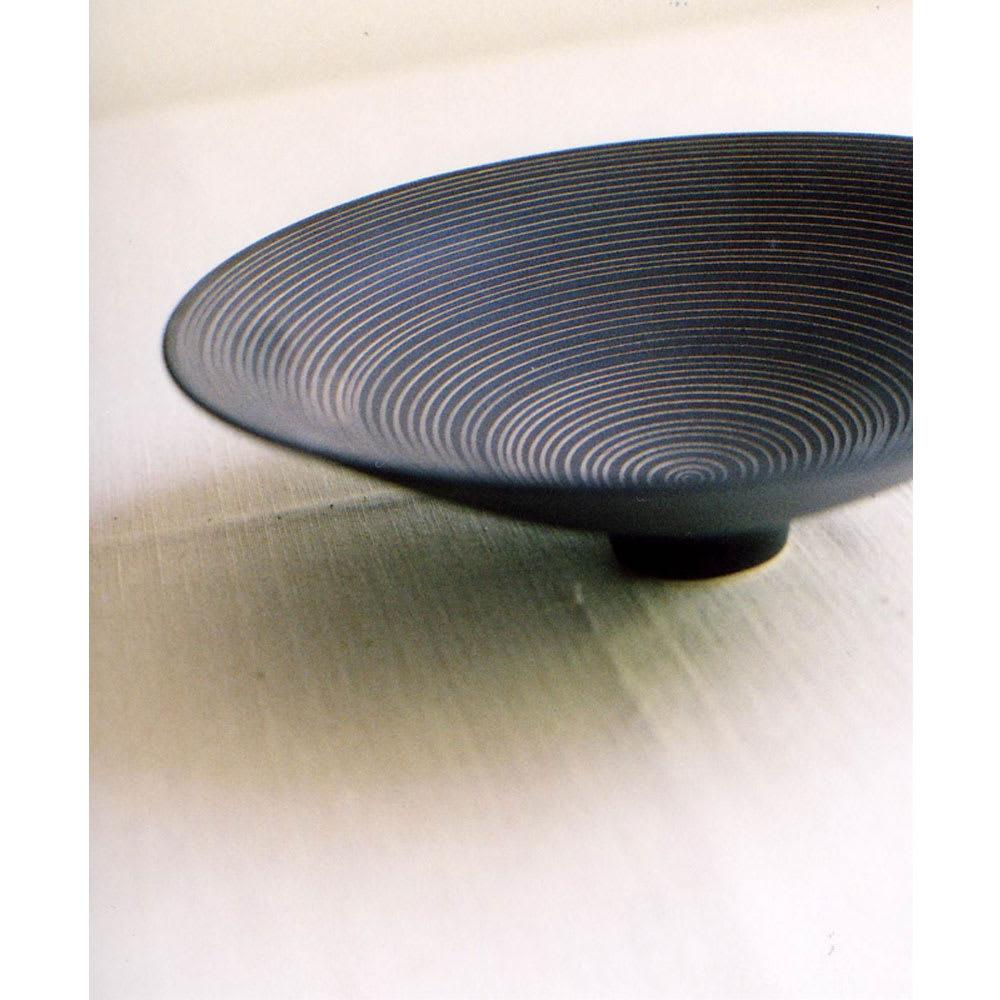 ARITA PORCELAIN LAB(アリタ・ポーセリン・ラボ)/盛鉢 sabi/錆(錆千段)|有田焼 一見すると鉄器のようなクールな印象の盛鉢。 表面を針で引っ掻いて削り取ることで、現れてくる表情は驚くほどモダンで繊細な仕上がりになります