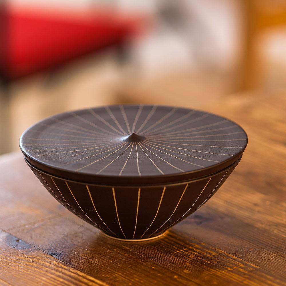 ARITA PORCELAIN LAB(アリタ・ポーセリン・ラボ)/蓋物(大)sabi/錆十草 有田焼 モダンな台座にも見えるこの器は、実は蓋物。 決して大皿のような存在感ありませんが、個性的でインパクトのある器
