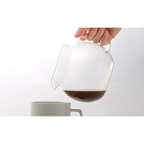 ハンドメイドガラスサーバー4カップ [cores/コレス] 丸みのあるデザインは、注ぐ際に底部分に沈殿したコーヒーの微粉を留めやすいので、微粉がカップに入りにくくなります。