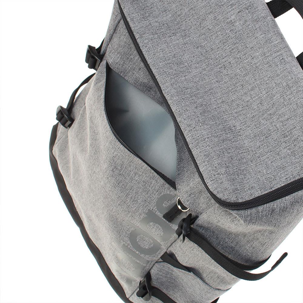 adidas(アディダス)/スクエアリュック フロントポケットはすぐに取り出したいスマホなど、よく使う小物をいれるのに便利。