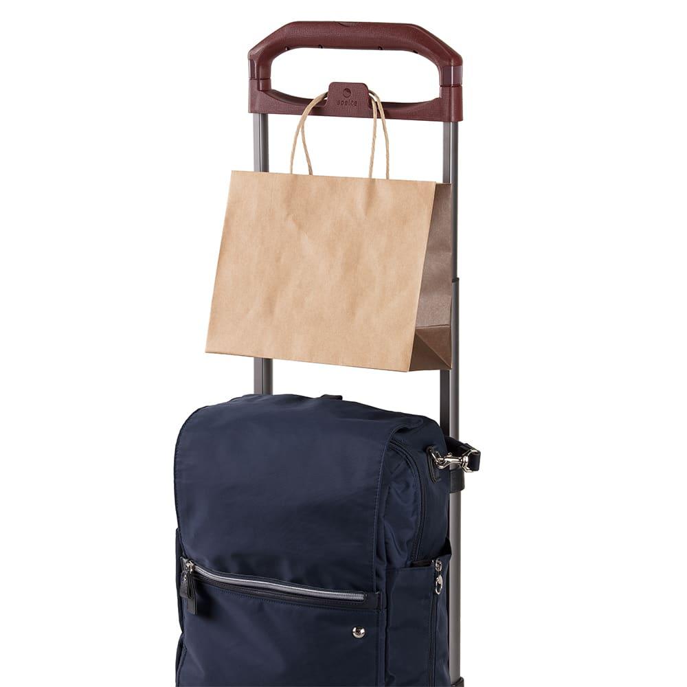 soelte(ソエルテ)/リゾルート お稽古事などアクティブなお出かけをしっかり支えるキャリーケース(大) 紙袋やレジ袋が落ちにくいように、くぼみをつけた新開発ハンドル一体型フック