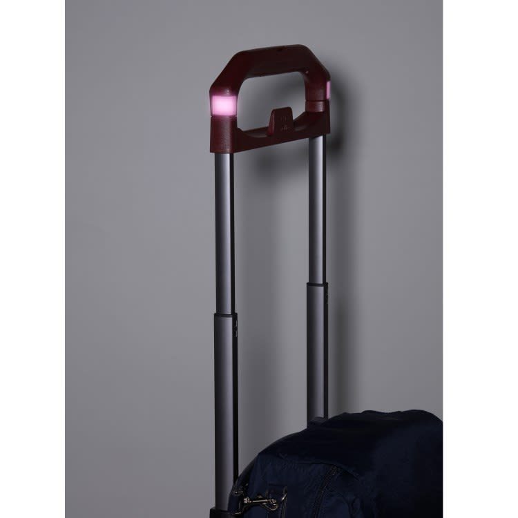 soelte(ソエルテ)/リゾルート お稽古事などアクティブなお出かけをしっかり支えるキャリーケース(大) 車のヘッドライトの光を反射させるシール搭載で、暗い夜道も安心