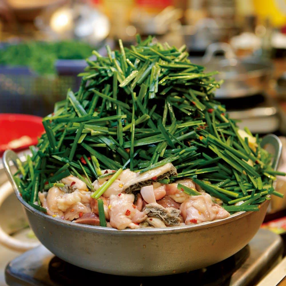 福岡「楽天地」 もつ鍋&酢もつセット お店ではニラを山のように盛り付けます。
