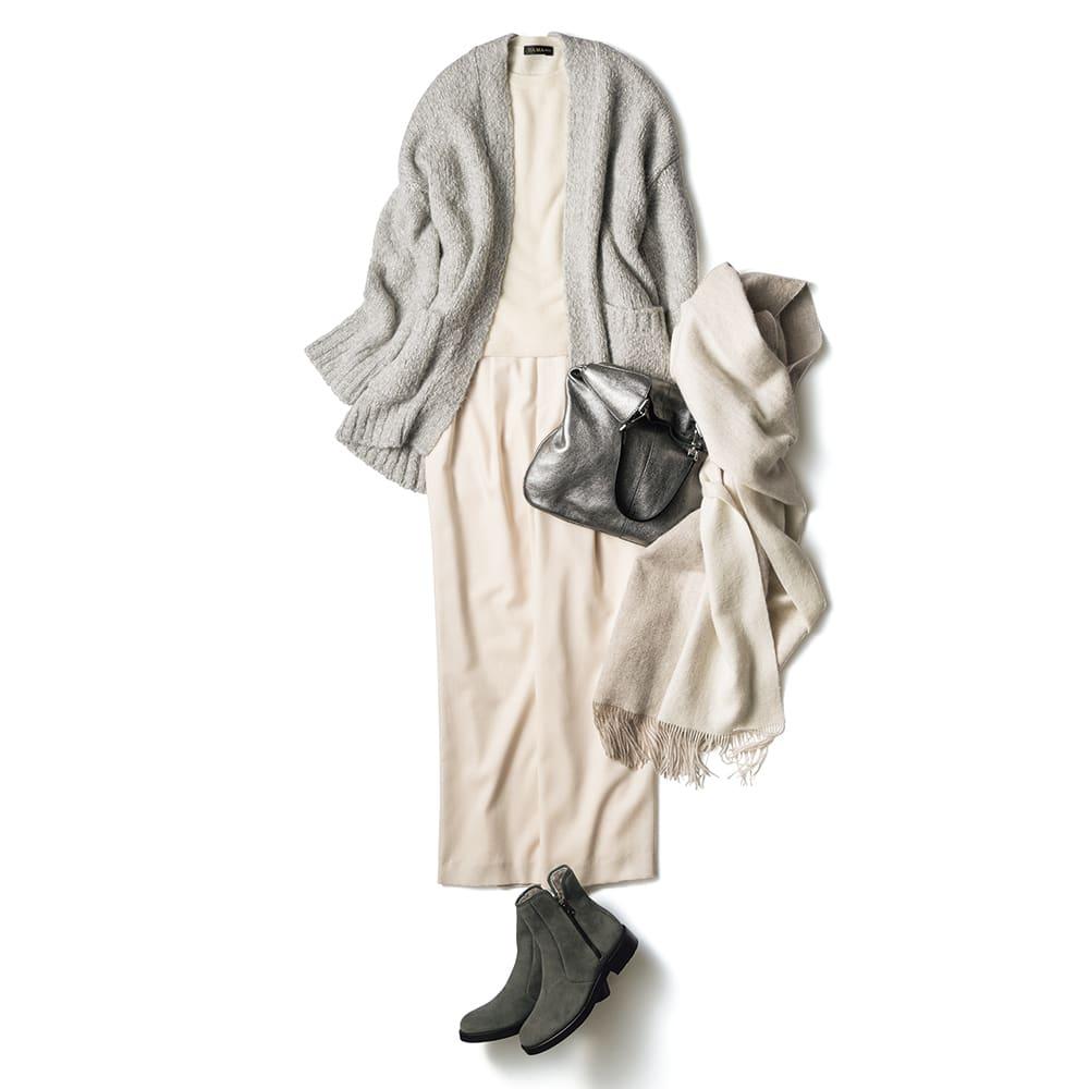 イタリア糸 アルパカ混 ローゲージ ロングカーディガン コーディネート例 /カーディガンが醸す柔らかさと落ち感、メランジグレーの繊細な陰影を活かし、優雅なリラックス感が香る淡色コーディネートを完成。艶めくシルバーバッグとコクのあるグレーベロアのショートブーツを投入して、着こなしにリッチな奥行きを演出。
