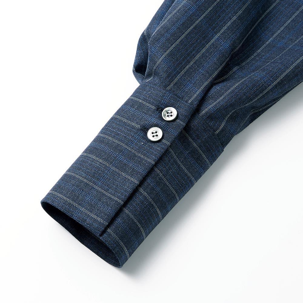 「NIKKE」 マフ&シルク チェック シャツワンピース 幅広カフスはボタンを上に寄せて、折り返してダブルカフス風にもアレンジできるように配慮して。