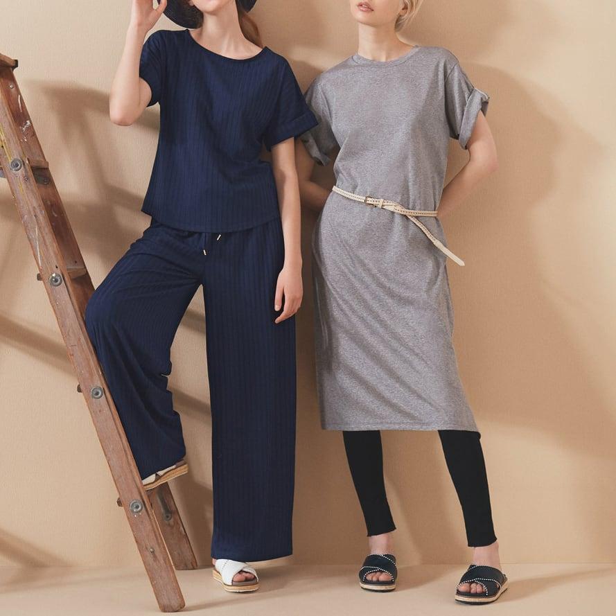 ワイドリブプルオーバー (左)ワイドリブプルオーバー 袖をロールアップ、足元はフラットでモードな色も気軽に楽しむ (イ)ネイビー コーディネート例