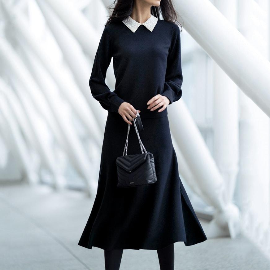 ビジュー襟付き ニットプルオーバー コーディネート例 /スカートのフレアーラインで優雅な立ち姿を、座ればビジュー襟が華やいだ表情を見せてくれるニットのセットアップ。