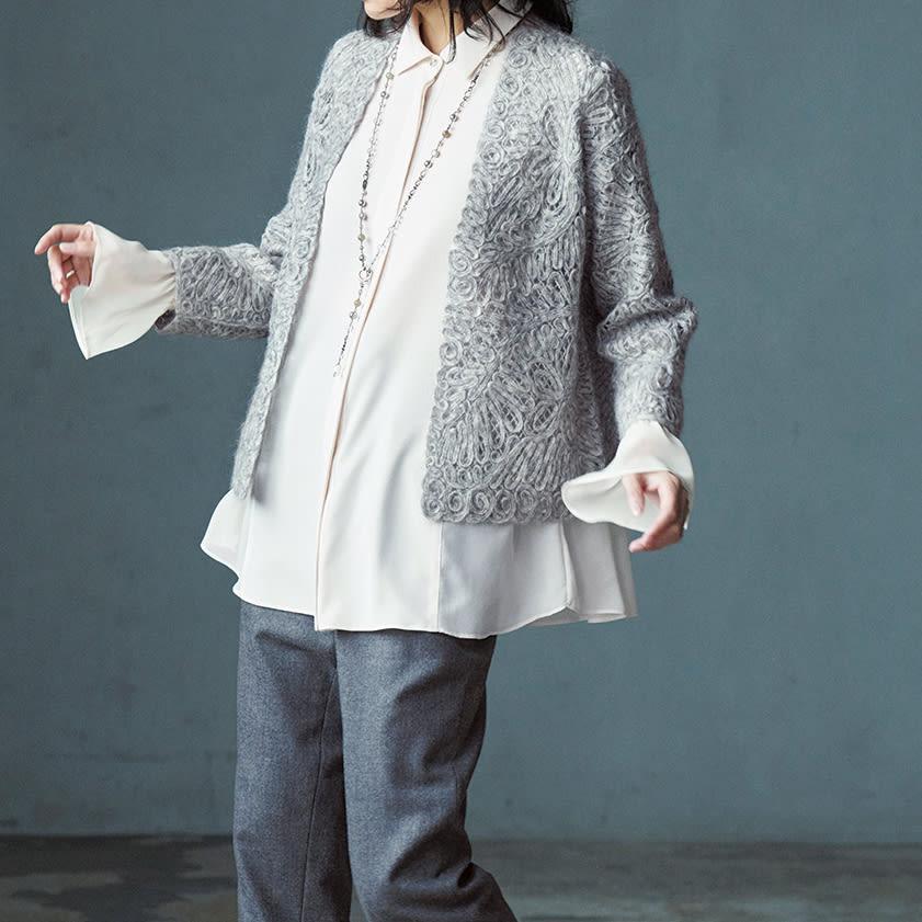 モヘヤウール混 ループ刺繍 ニットジャケット コーディネート例 /レイヤードならではの色と質感の美しい調和、着丈バランスの躍動美を楽しめる着こなし。インには白いシャツやブラウス合わせで清潔感を。端正なジャケットが優しく華やぐ様子は必見です。