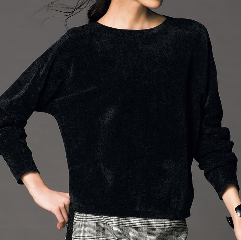 モールニット ドルマン プルオーバー コーディネート例 /モールニットとダブルの裾仕上げで、パンツスタイルを更新。シルクサテンのプリントスカーフがモールニットの黒に映え、顔周りを華やかに彩ります。
