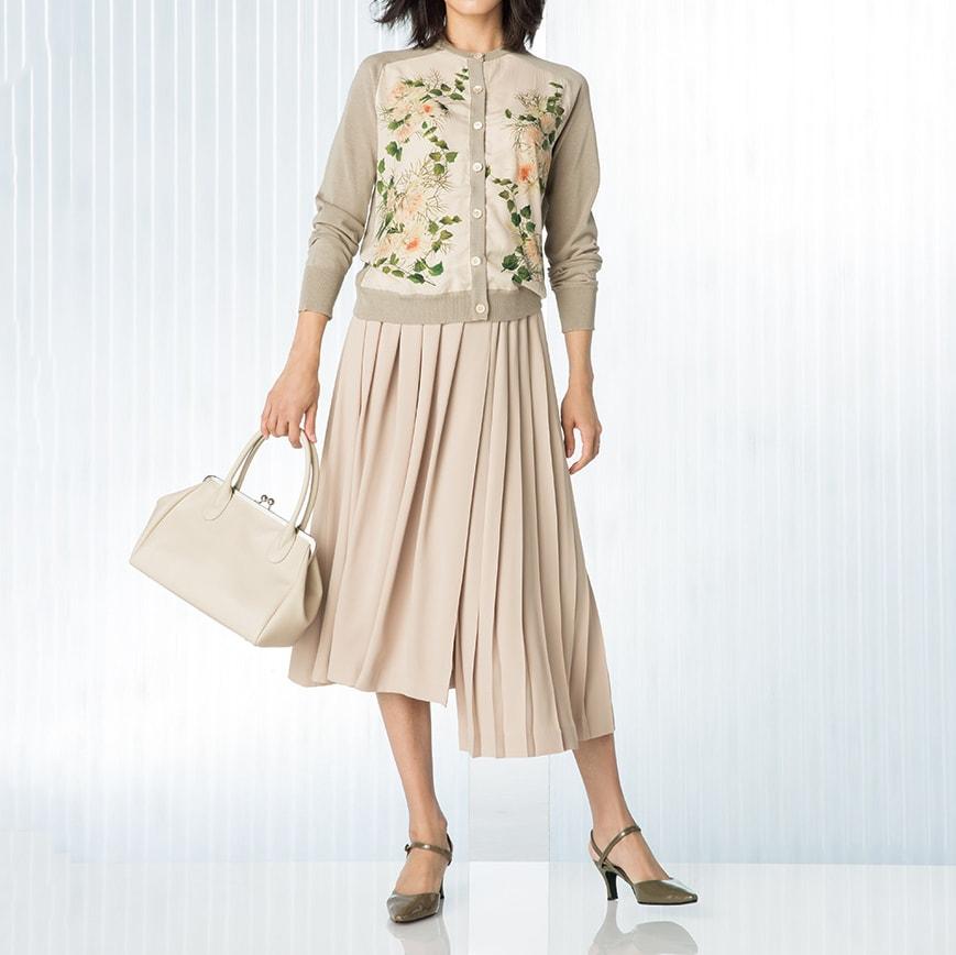 プリーツ イレギュラーラップ風 ガウチョパンツ コーディネート例 /繊細な花とスモーキーなワントーンだから、春らしく着こなしやすいんです。
