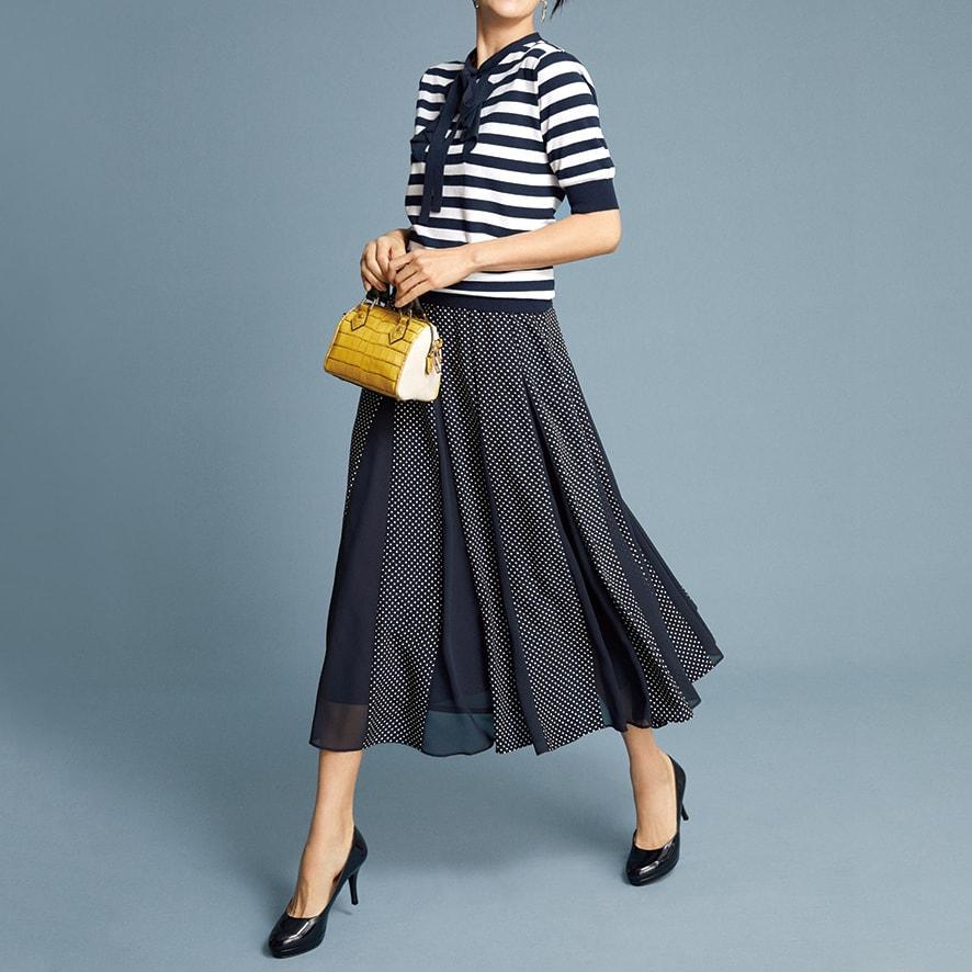 ドットプリント×シフォン切り替え フレアースカート コーディネート例 /フレンチシックの定番、ネイビー×ホワイトの着こなしを柄on柄で新鮮に。