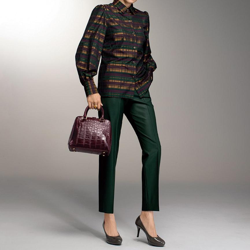 イタリア素材 チェック柄 ブラウス コーディネート例 /全身を深いグリーンでまとめたブラウス&パンツのマニッシュスタイル。