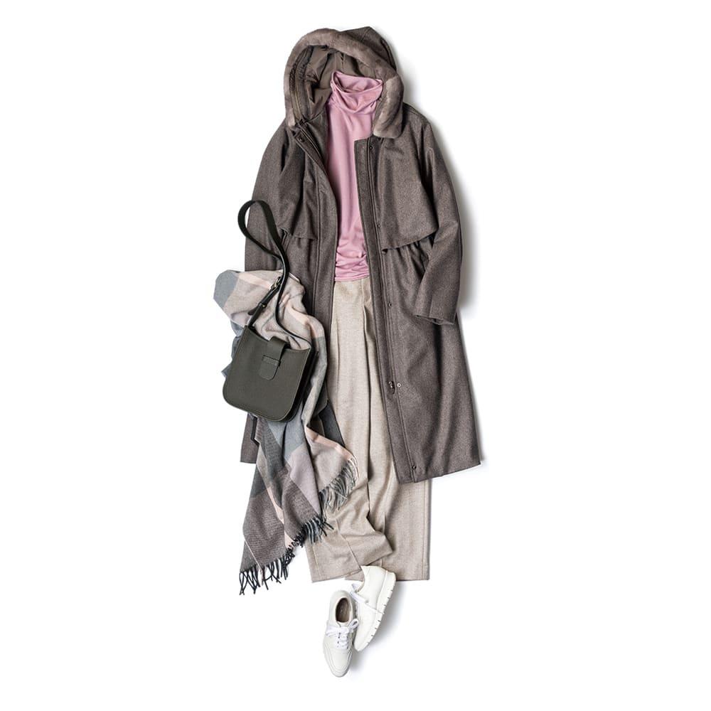 コロンボ社 ウール モッズ風 3WAY コート コーディネート例 /ピンクのタートルネックと、リラックス感あるワイドパンツをチョイス。チェックストールをアクセントに、白いスニーカーで軽やかさを表現。