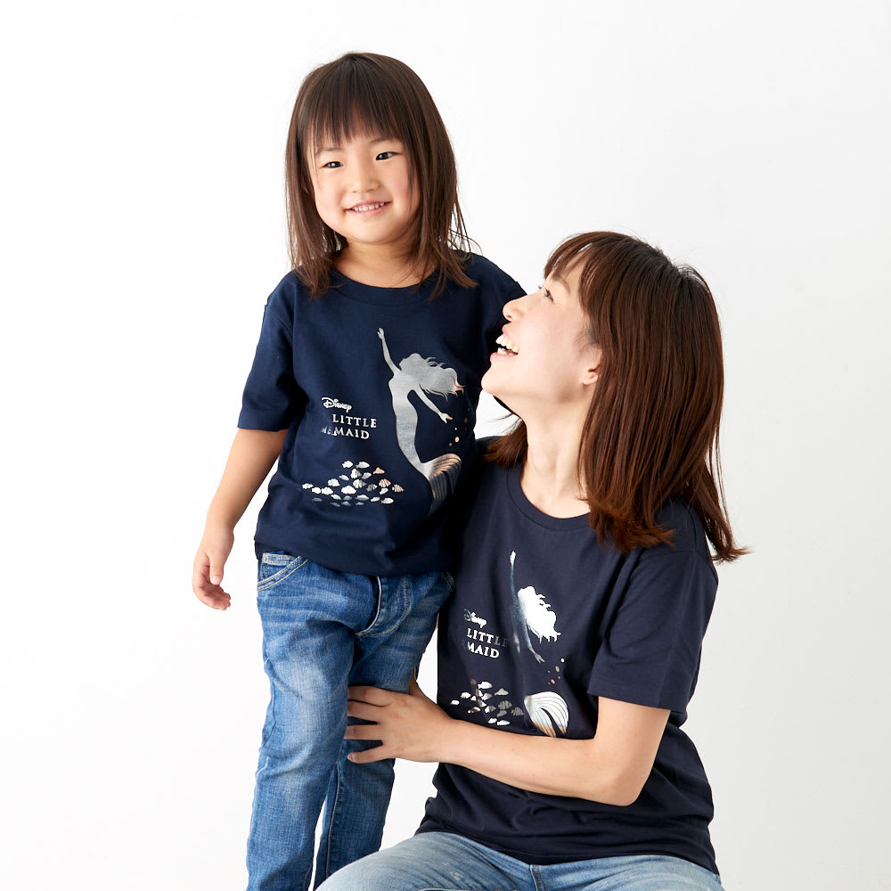 リトルマーメイド/半袖Tシャツ(キッズ)シルバー|ディズニー ミュージカル 着用イメージ…身長105cm・120着用。家族おそろいで楽しめます。(大人用/商品番号:NV24-22)