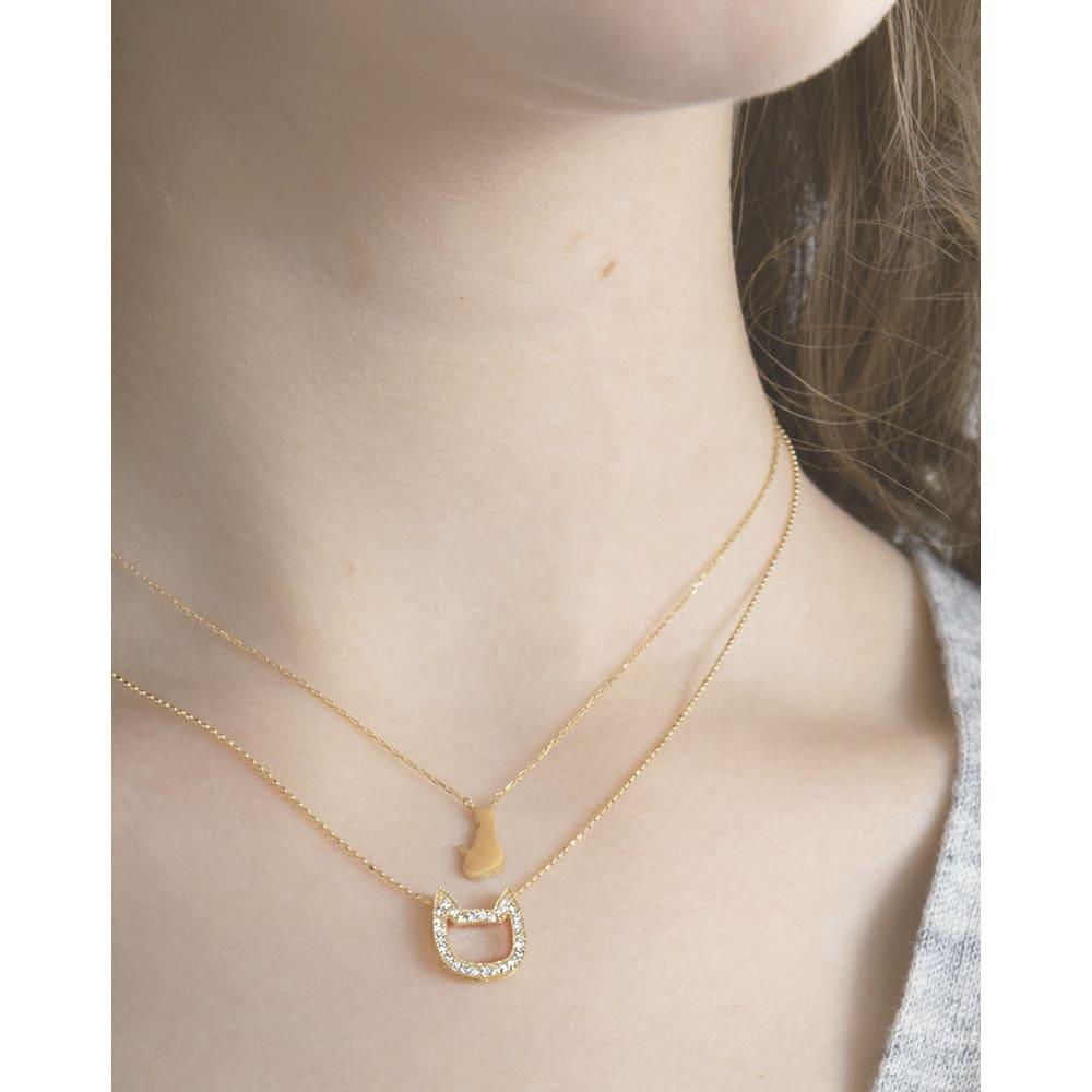 10金 ダイヤ 猫顔 ペンダント (ア)イエローゴールド 着用例 ※重ねづけしている下のネックレスは別売り(商品番号:R128-52)です。