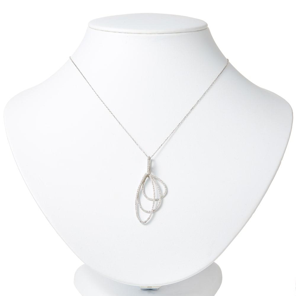 K18 0.5ctダイヤ リーフ ペンダント 着用例