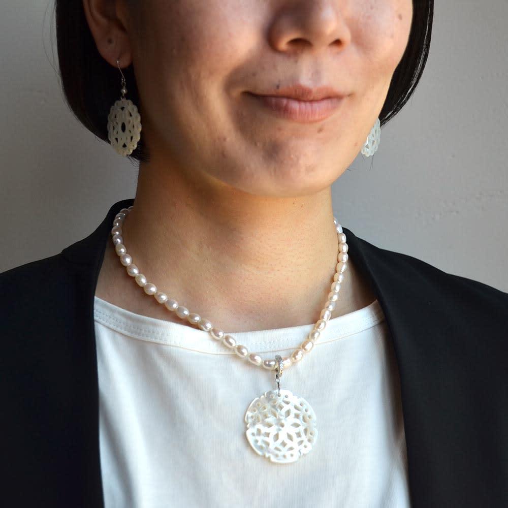 YUKIKO OKURA/ユキコ・オオクラ 淡水パール シェルトップ ネックレス (イ)ホワイト コーディネート例