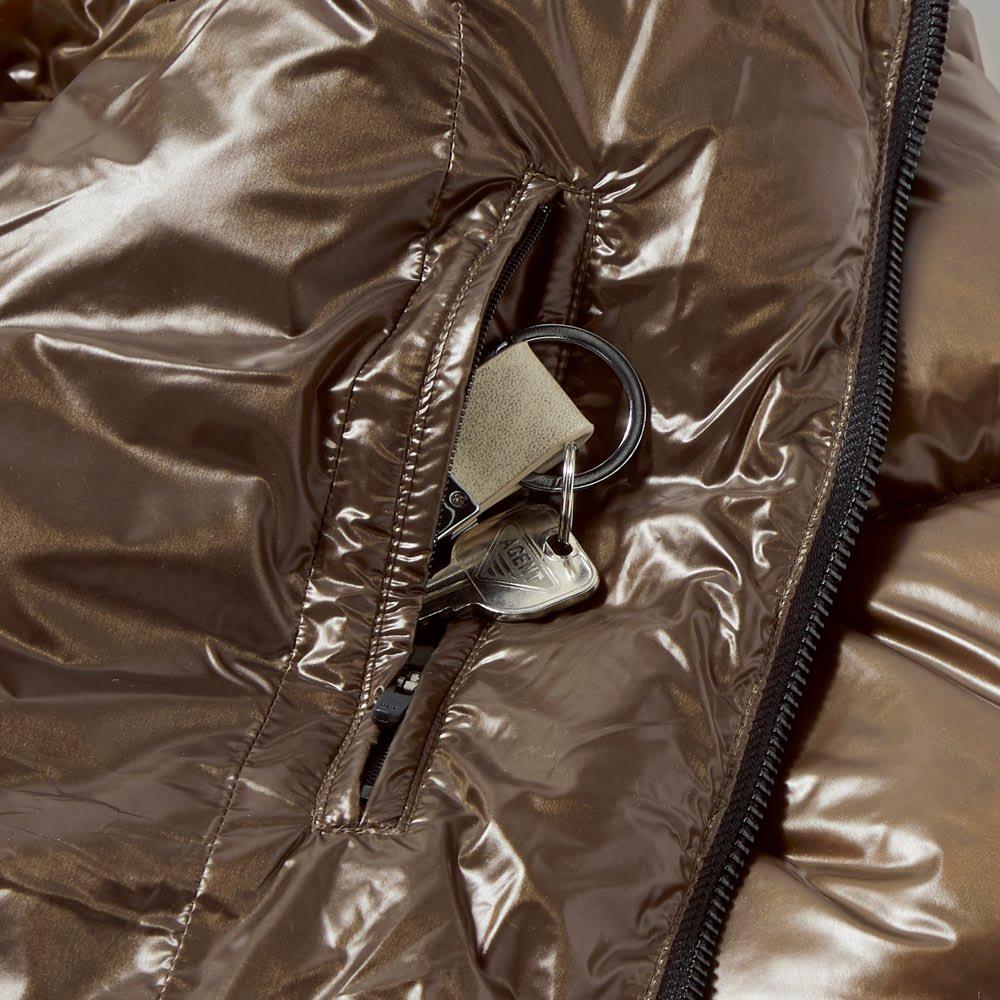 「DICROS」×「ALLIED」 軽量ダウンジャケット 内側にファスナー付きのポケットを備え、鍵や小物など大切なものを入れておくのに便利。