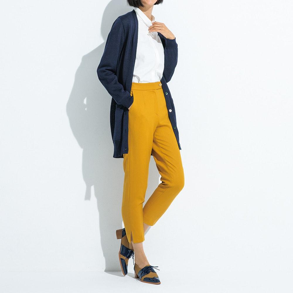 裾スリット入り クロップドパンツ ターメリック コーディネート例 /大人の差し色にぴったりなターメリックは、モノトーンと合わせても、アースカラーでまとめても。