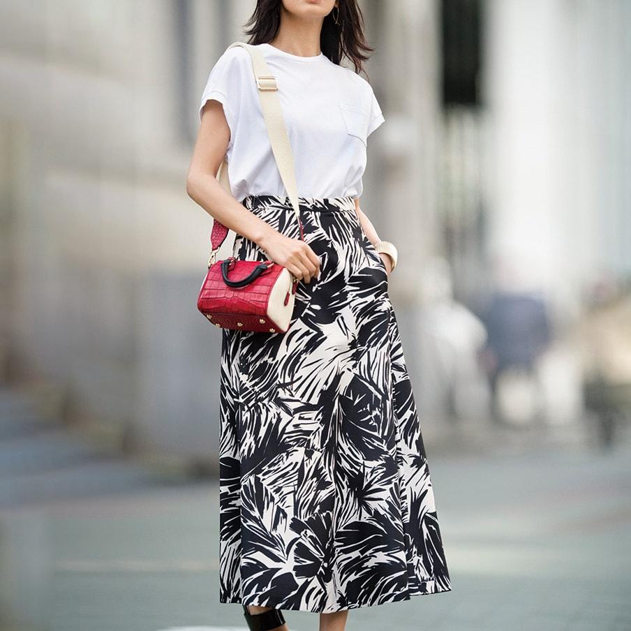 リーフプリント ロング フレアースカート コーディネート例 /Tシャツ×大柄スカートに小物で色を差す。シンプルなのに目を引く、それがミラノマダムのスタイルです。
