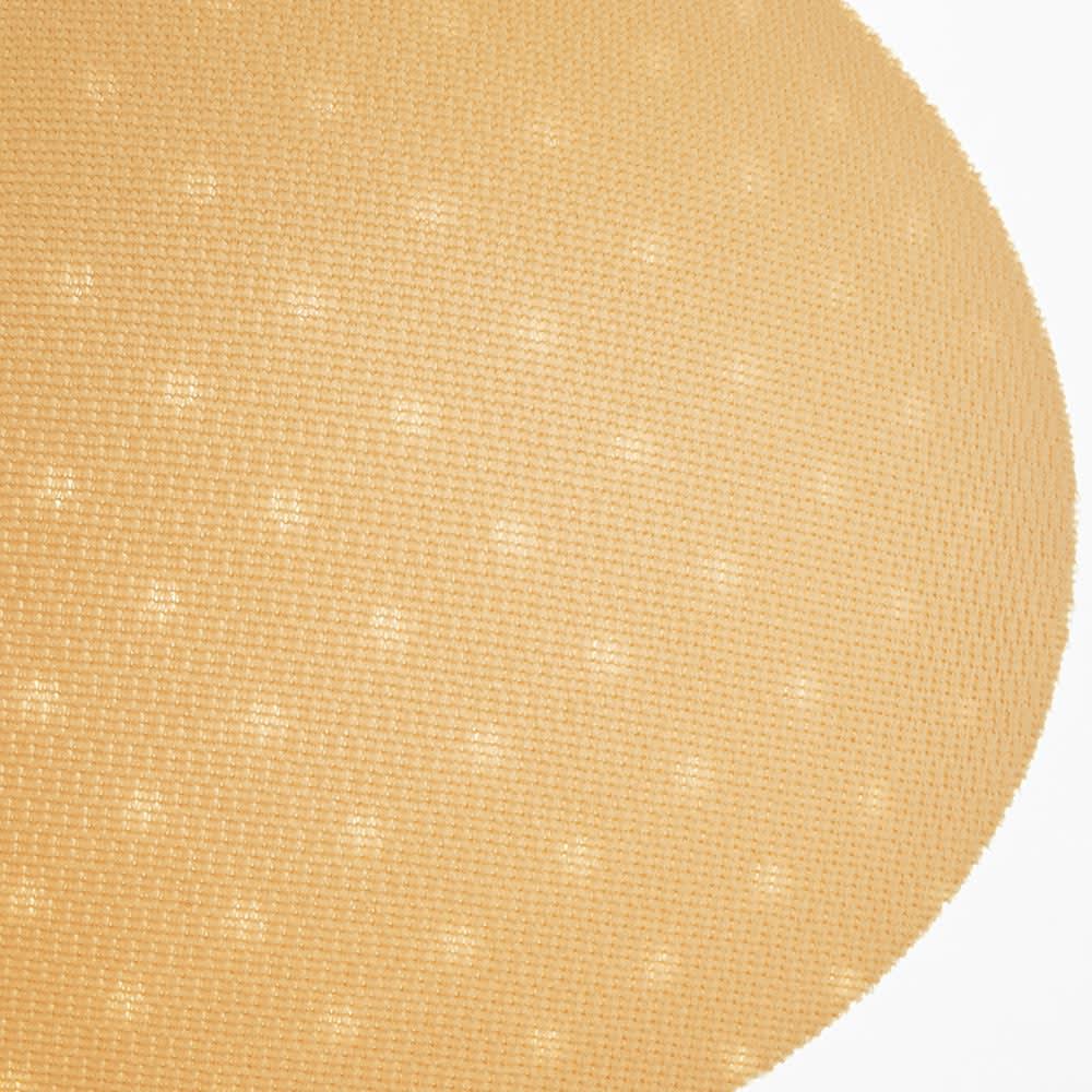 スポーツブラ(ミディアムサポートタイプ) 2枚の生地の間に入れた丸パッド。汗や熱を逃がしやすいように穴が開いています。