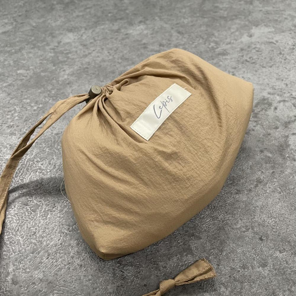 撥水素材 シアー ドローストリング ブルゾン(収納ポーチ付き) ポーチには『Lepis』のブランドロゴ入り