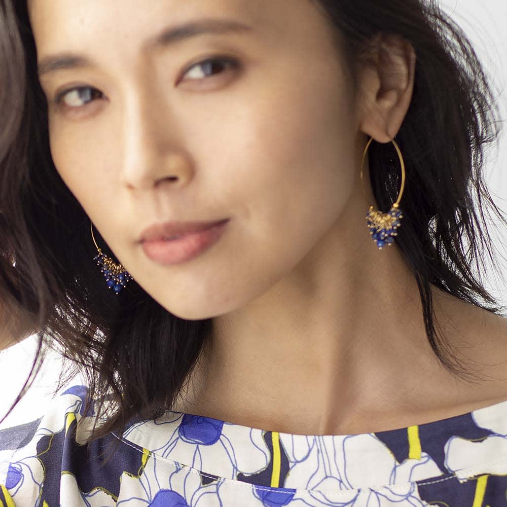 YUKIKO OKURA/ユキコ・オオクラ カラーストーン フリンジ フープピアス (ウ)ラピスラズリ 着用例
