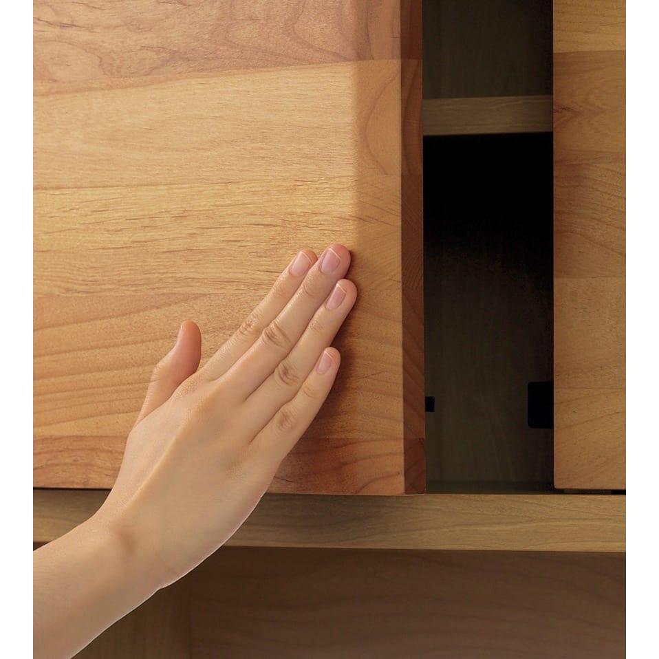 【レンタル仮申込】アルダー無垢材キッチン収納 アールシリーズ カウンター 幅80cm 扉は押すだけで簡単に開くプッシュオープン式。取っ手がないすっきりシンプルな美しさです。※写真はキッチンボードタイプです。
