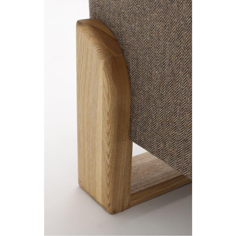 【レンタル商品】ツイード調ソファベッド 幅188cm 後ろ側の脚部。アールを付けたカットを施しています