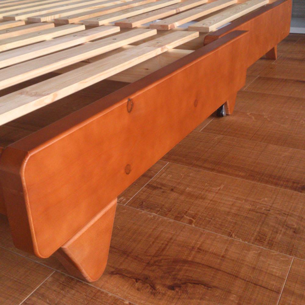【レンタル商品】ヨーロッパ製ソファベッド Karup カーラップ ソファ時の後脚にキャスターがついています。ソファからベッド、ベッドからソファへと操作しやすい仕様です。