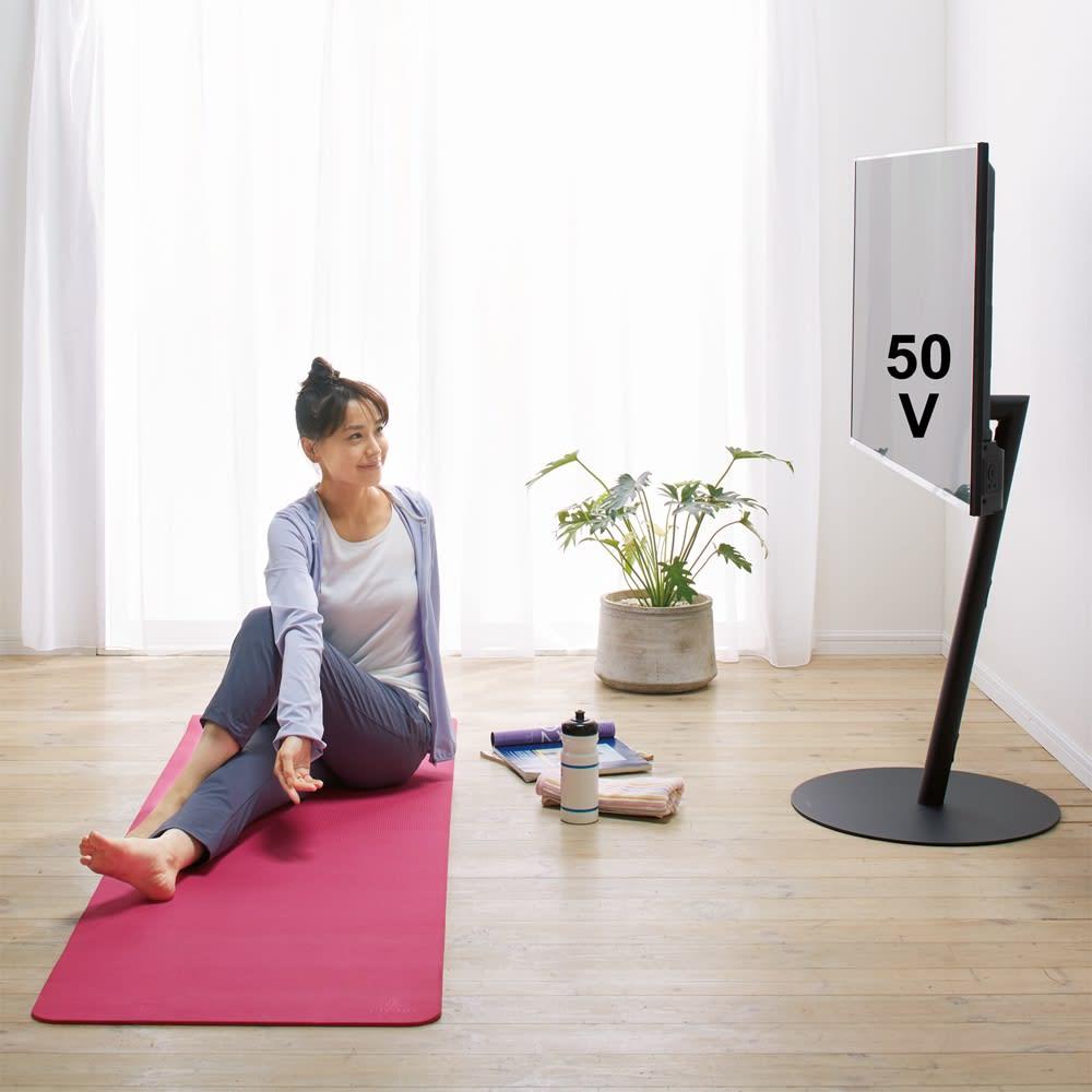 【レンタル商品】スマートテレビスタンド ラージタイプ(45~65V対応) 使用イメージ(ウ)ブラック 広々空間でオンラインのヨガレッスン。