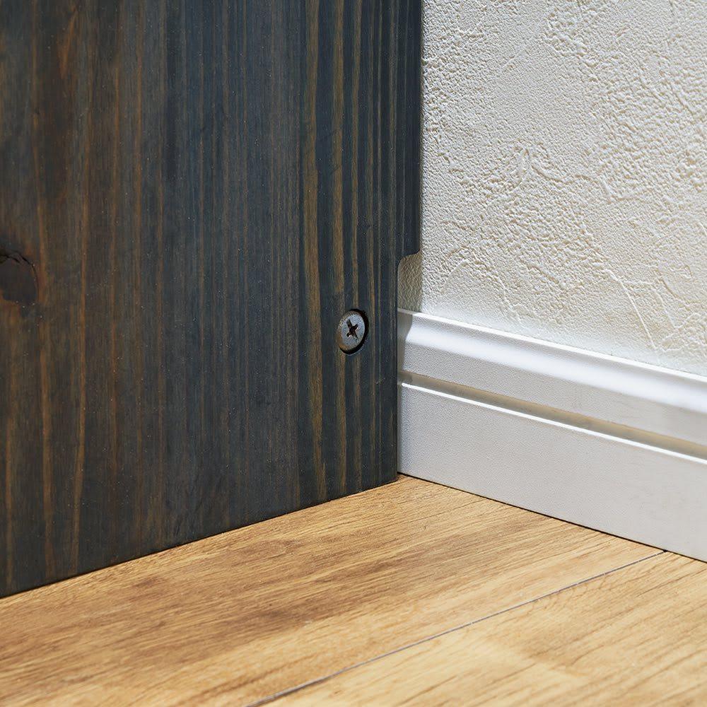 【レンタル商品】日田杉 ブックラック 幅134cm 高さ76cm 幅木をよけて壁にぴったりと設置できる幅木カット仕様(8×1cm)。