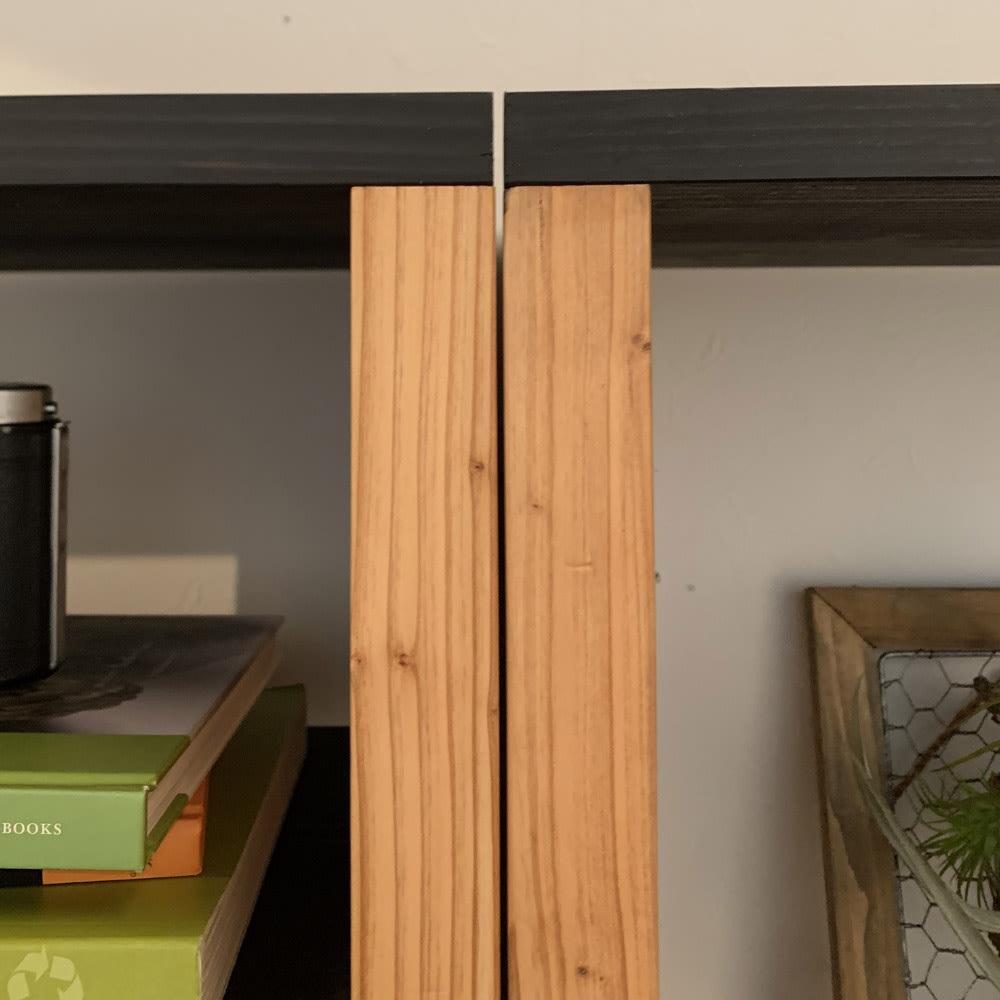 【レンタル商品】日田杉 モダンブックラック 幅58cm 高さ180cm 異なる厚さの杉天然木、北欧風カフェを思わせる濃淡のバイカラーが端正な雰囲気を演出。節目を生かした木肌は長く使うほど風合いが深まります。