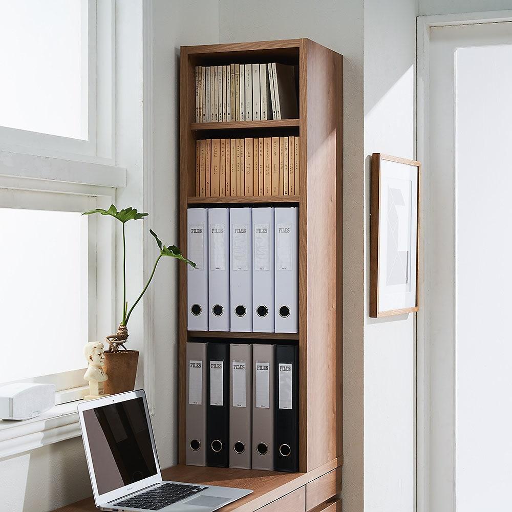 【レンタル商品】天然木調 薄型コンパクトオフィスシリーズ サイドラック・幅30cm ラック部収納イメージ(2)…文庫本2段、A4ファイル2段の収納。※可動棚板2枚仕様