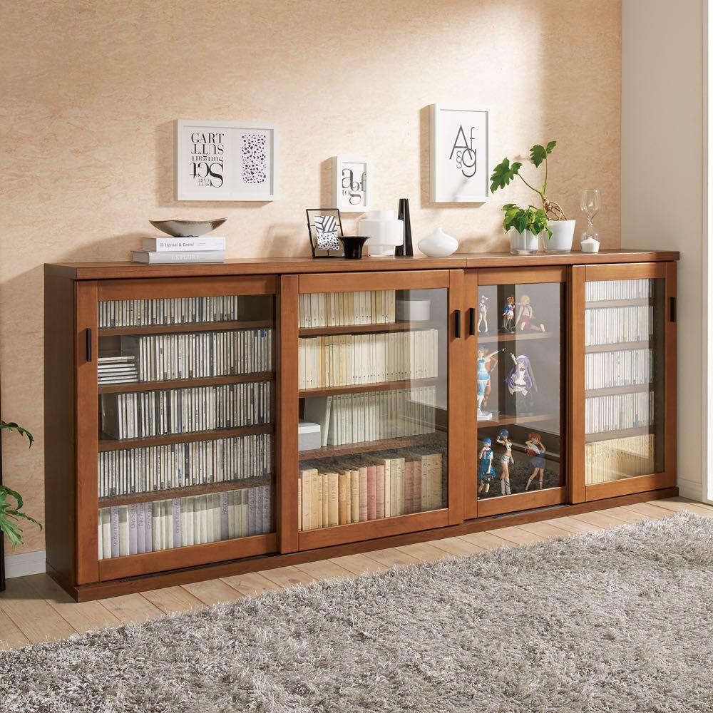 【レンタル商品】アルダー天然木ガラス引き戸本棚(書棚) 幅90.5cm コーディネート例(イ)ダークブラウン ※お届けは写真右の幅90.5cmです。
