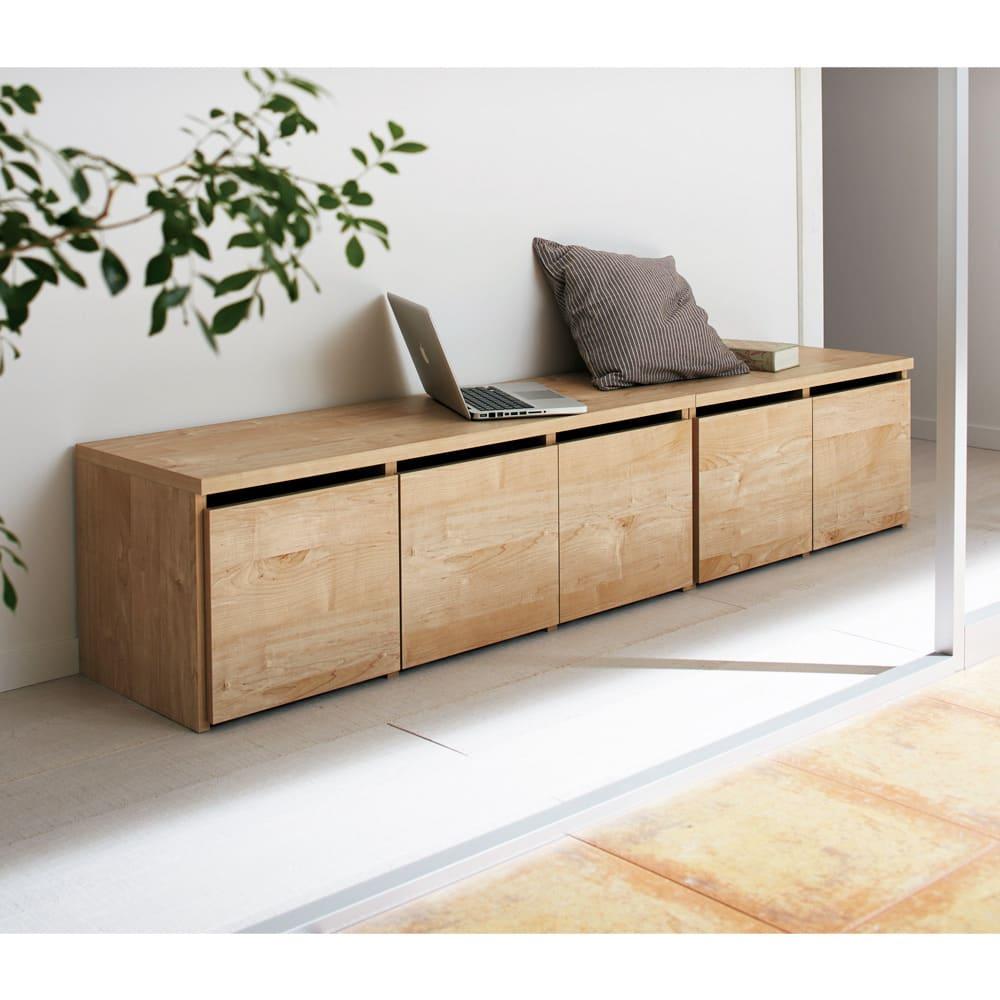 【レンタル商品】天然木調ベンチ 幅79cm(1人用) 使用イメージ(イ)ナチュラル 左から幅117cmタイプ、幅79cmタイプ