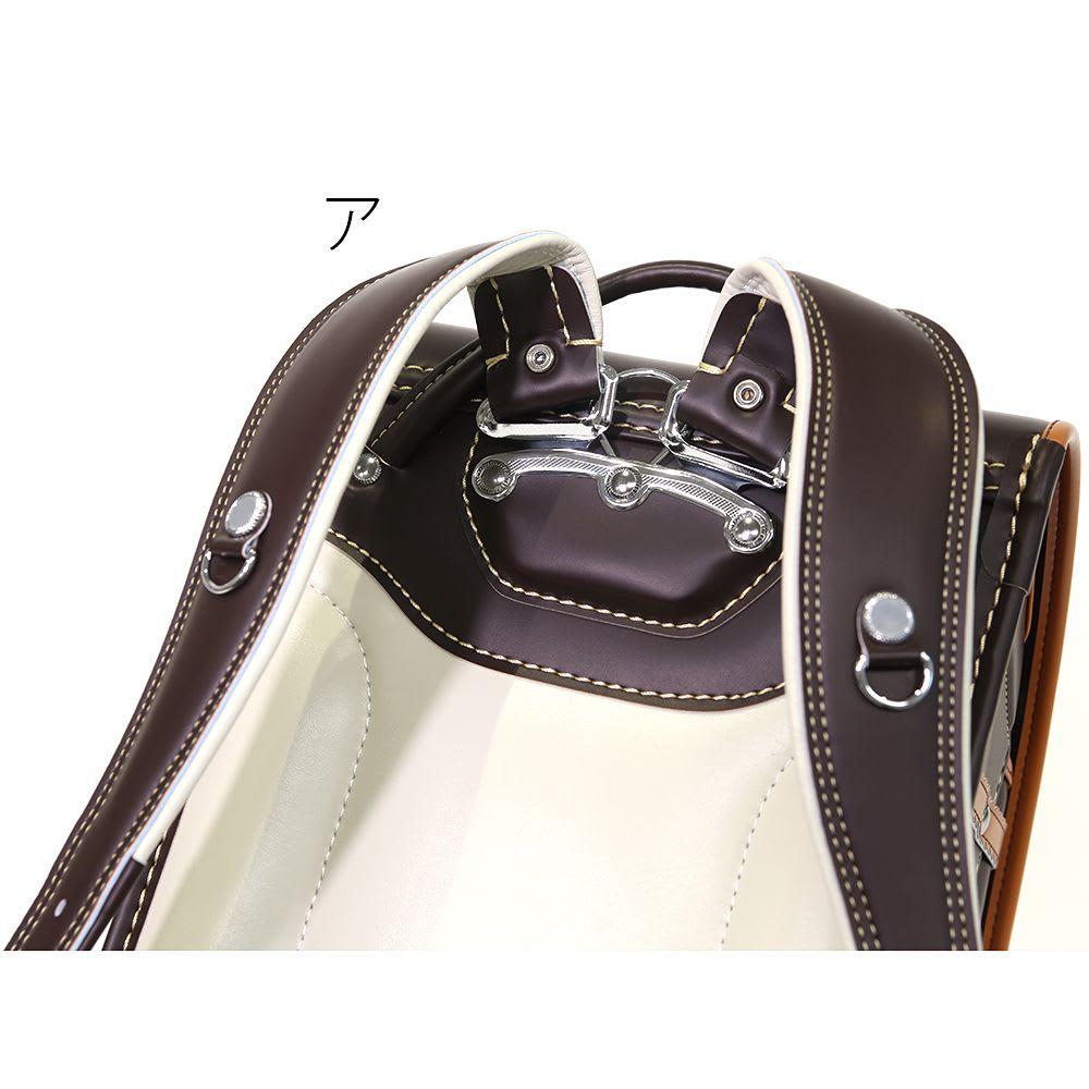 スヌーピーランドセル 肩ベルトを立ち上げさせることで、背中にぴったりフィット。肩にかかる負担を軽減します。