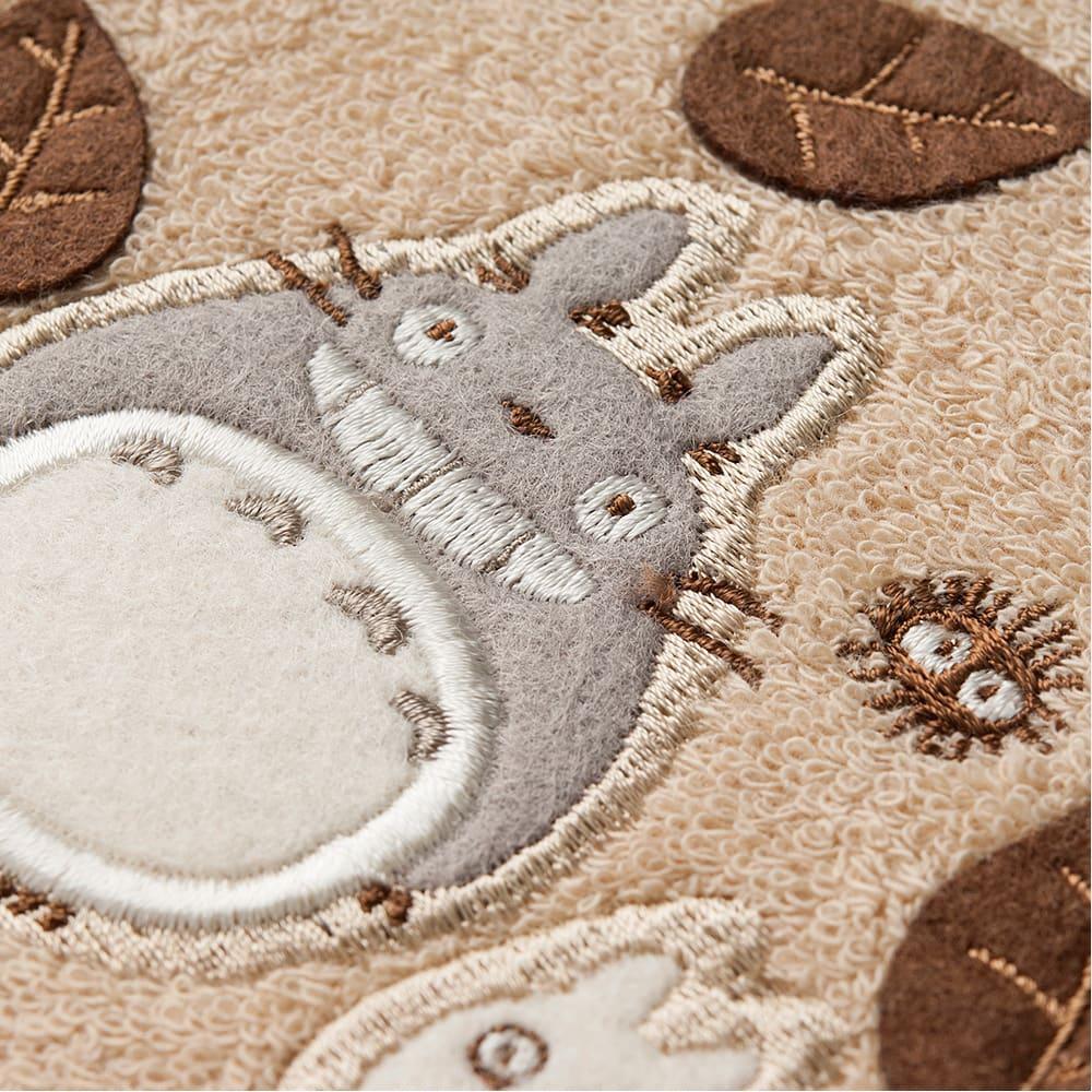 となりのトトロ はっぱ ペーパーホルダーカバー にっこりと笑った立体的なトトロのアップリケ刺繍
