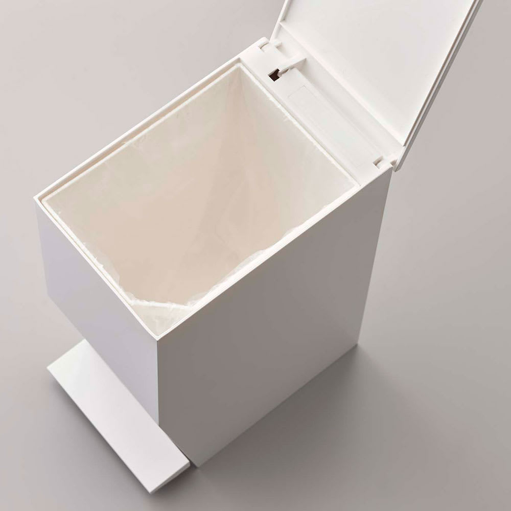 ペダル式トイレポット 蓋だけを開けば90度以上開いたままにできるので、袋のセットが簡単です。