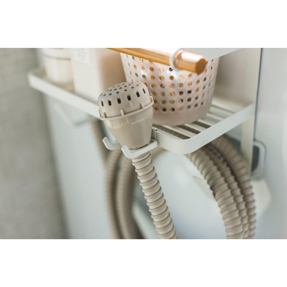 ホースホルダー付き洗濯機横マグネットラック トスカ 洗濯機の給水ホースをすっきりまとめることができます
