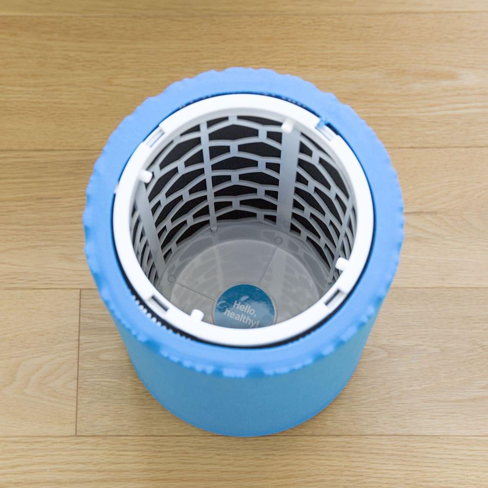 ブルーエア 空気清浄機 外側にはプレフィルター(青い部分)、内側は活性炭とフィルターの二重構造です。