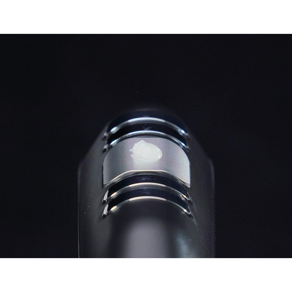 キャビスパ360 ●ラードでの実験 after…ラードを乗せるとみるみる溶ける。これが毎秒約33万回の超音波振動による「キャビテーション」のパワーです。(※ラードが解けることを確認した実験で、効果を証明するものではありません。)