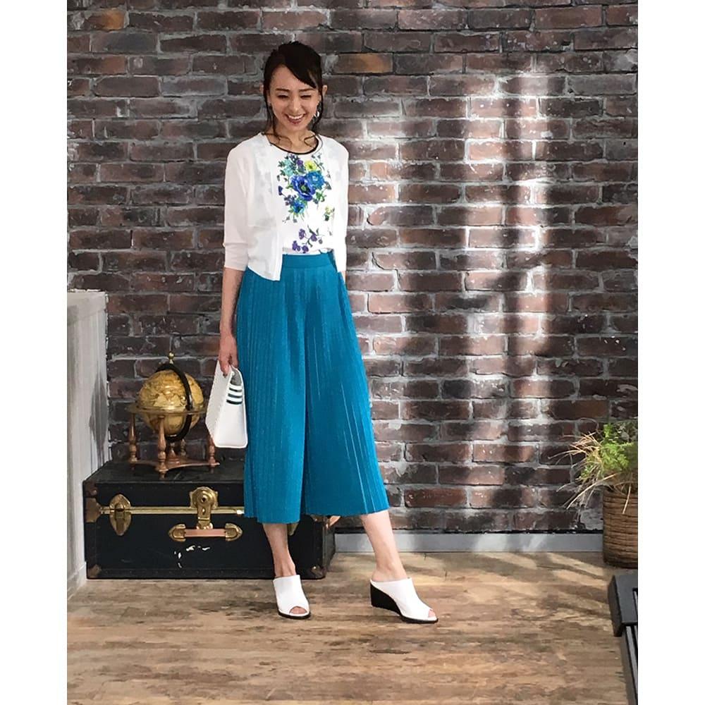ビューティープリーツパンツ 夏色カラーのブルーグリーンはリゾートファッションで活躍しそう!