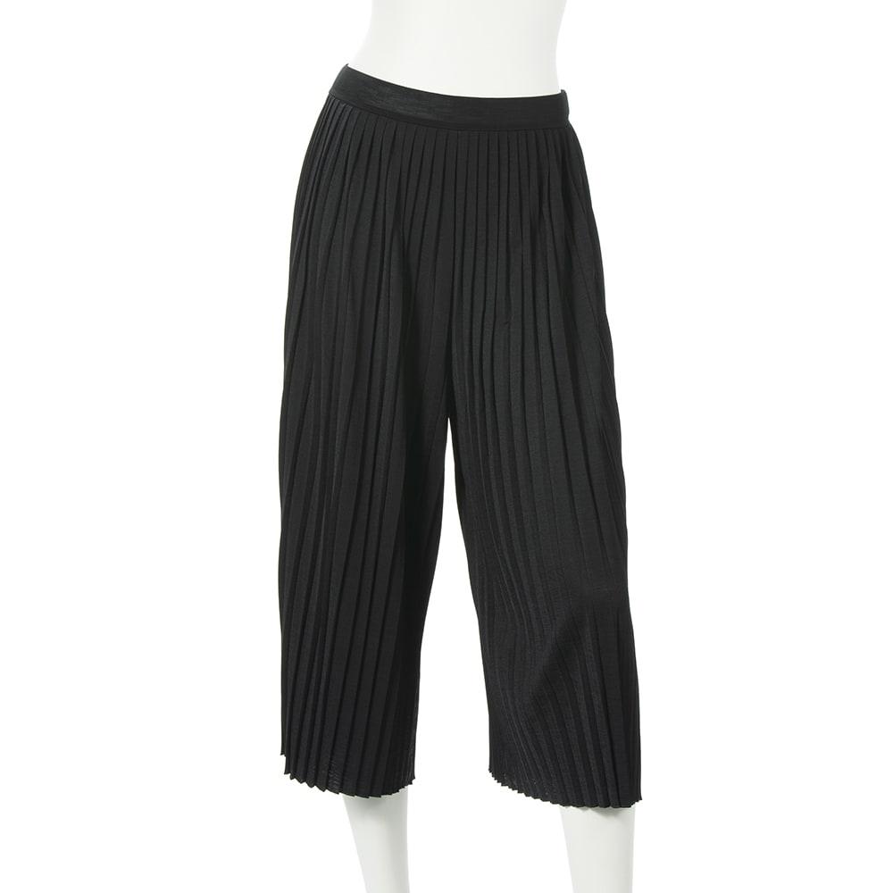 ビューティープリーツパンツ 細いプリーツが縦ラインを強調し、細身に見せます。  (ア)ブラック…ブラックはエレガントに着こなせる定番カラー。迷ったらコレ。
